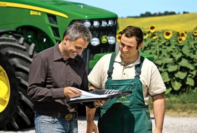 Technicien John Deere et agriculteur